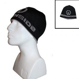 Спортна зимна шапка / IRONINSIDE - Двулицева зимната шапка IronInside е перфектният аксесоар за всички фенове на бойните спортове в студените зимни месеци.