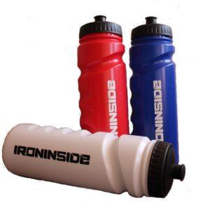 Спортна бутилка / IRONINSIDE е предназначена за пренасяне на вода и напитки преди, след и по време на тренировка. Предлага се в три цвята с вместимост 750мл
